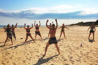 yoga pa stranden